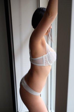 Brunetta escort girl and happy ending massage